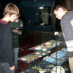 Школьники изучают образцы космического питания. А купить и попробовать их можно будет в магазине сувениров.